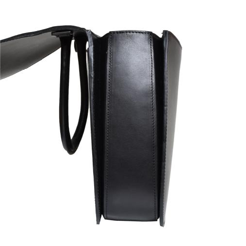 持ち手と本体部分は美しく縫製が施され、金具は高級感を残しつつ、光物を良しとしないシーンでも目立たないブラックの加工を施した金具を使用しております。